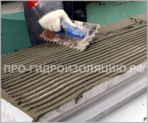 Нанесение цементной смеси шпателем